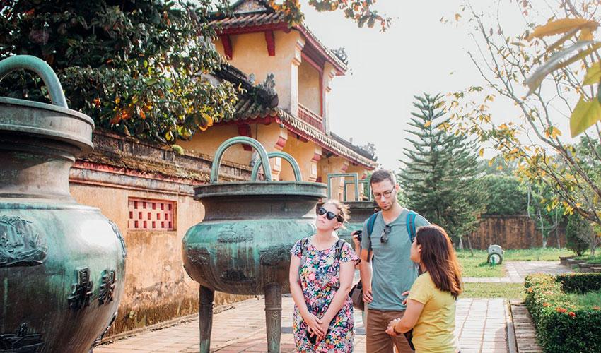 cuu-dinh-walking-tour