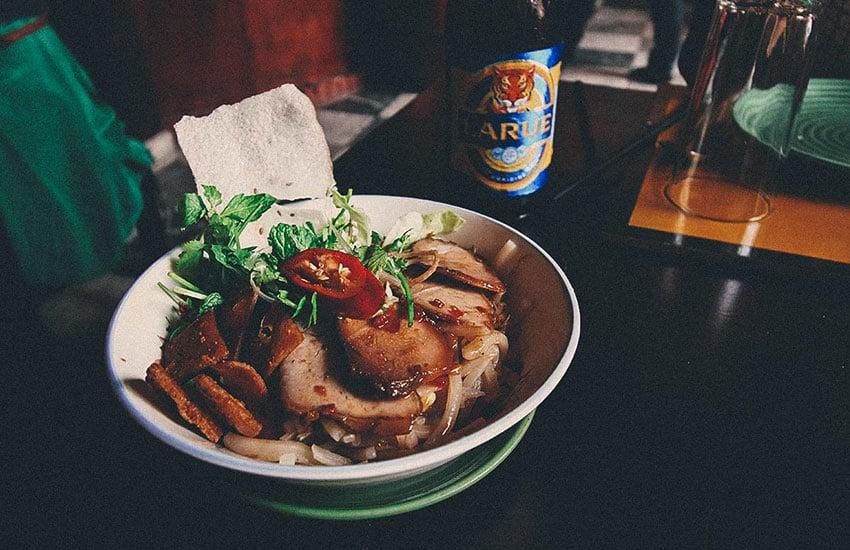 cao lau - eat in hoi an