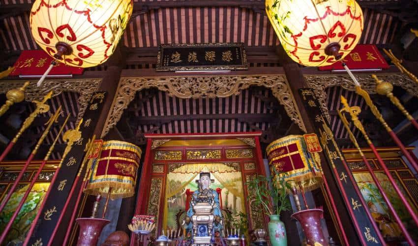 A statue of Quan Cong