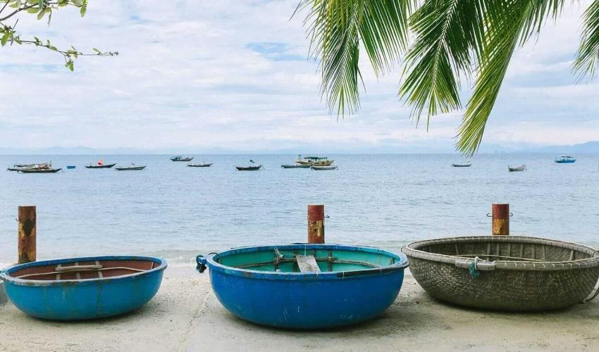 fisherman-repairs-net
